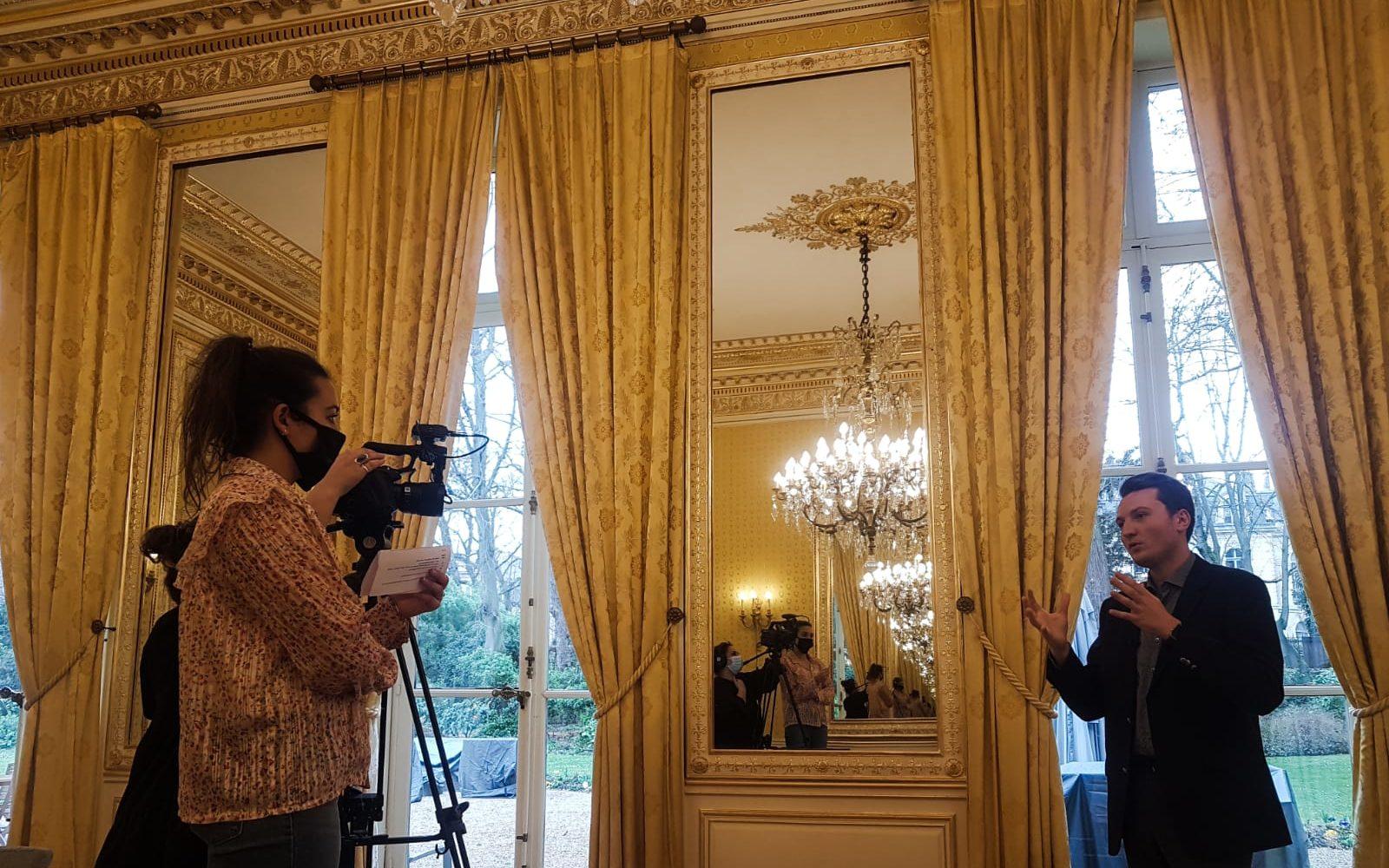 Guillaume Rozier (créateur de CovidTracker) filmé dans des locaux gouvernementaux avec dorures